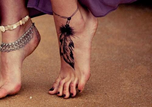 Татуировка перо у женщин