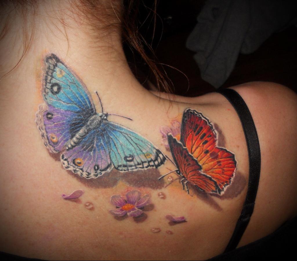 Татуировка бабочка у девушек