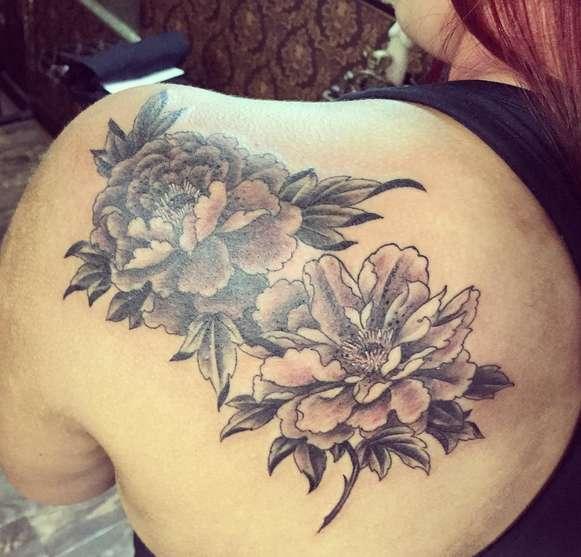 Татуировка пион у девушек