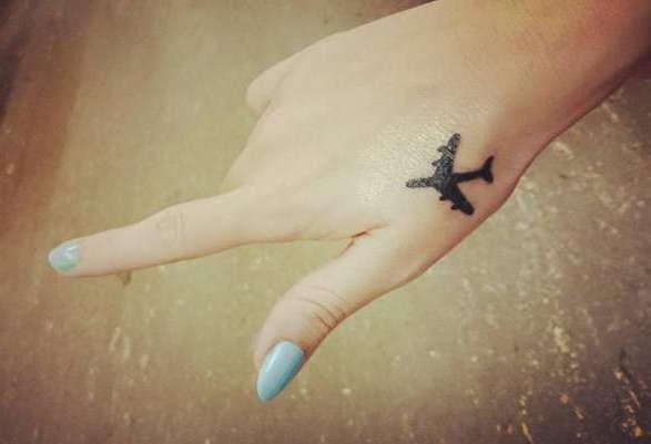 Татуировка самолет у девушек