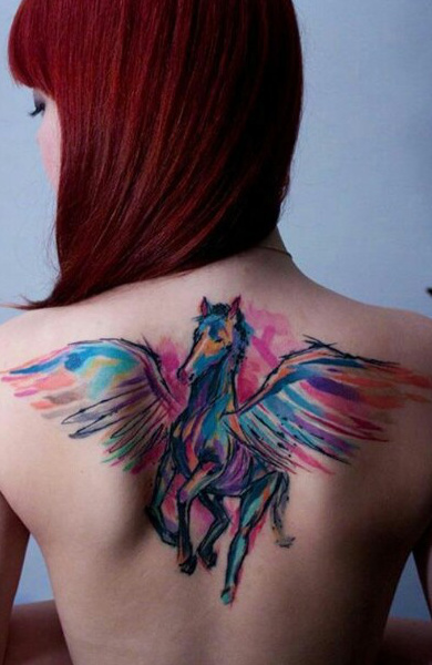 Татуировка пегас у девушки
