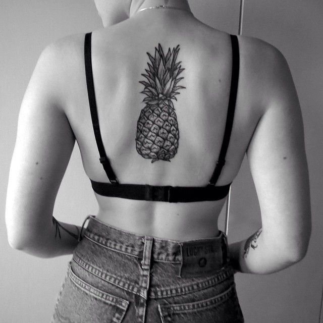 Тату ананас у девушек