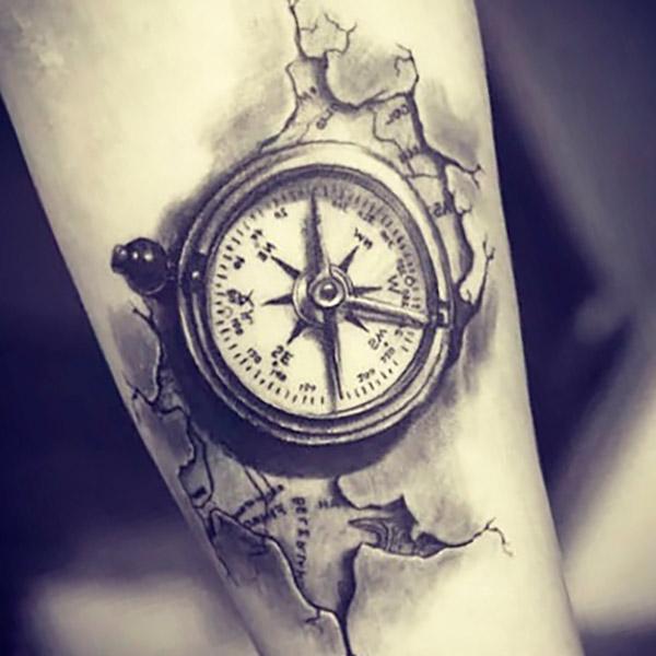 Татуировка компас у девушки