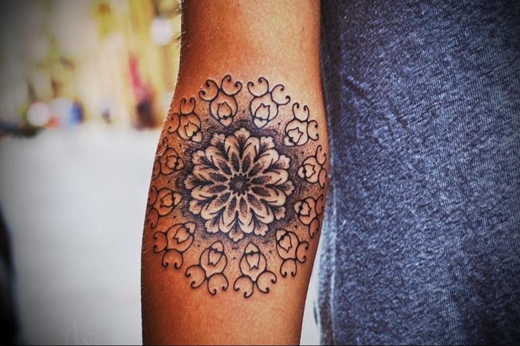 Татуировка мандала у девушки