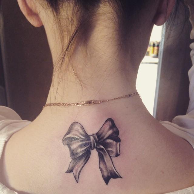 Татуировка бантик у девушек