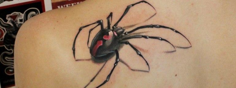 Тату паук у девушки