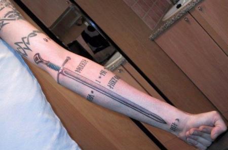 Татуировка меч у девушек