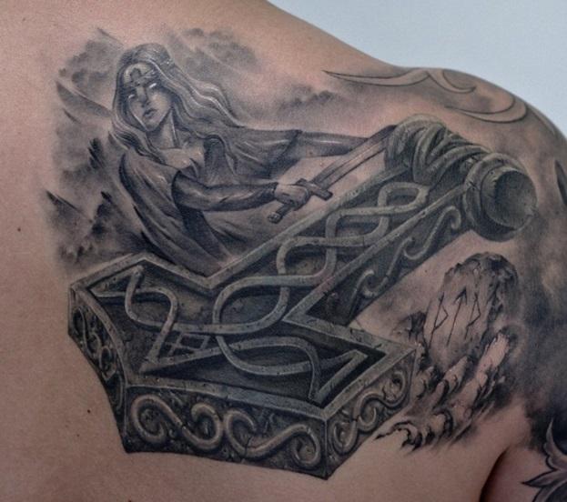 Татуировка молот тора у парней