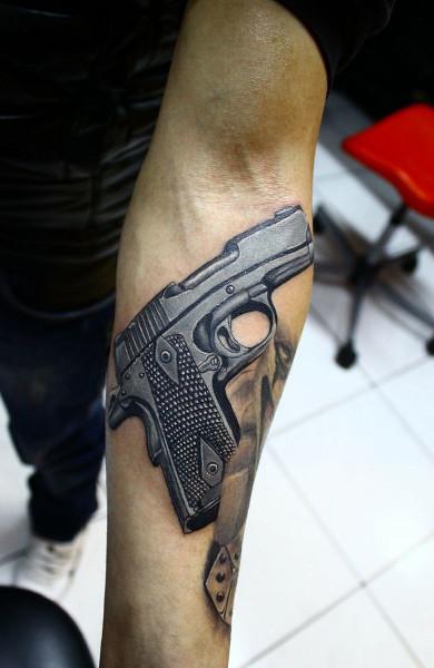 Татуировка пистолет у парней