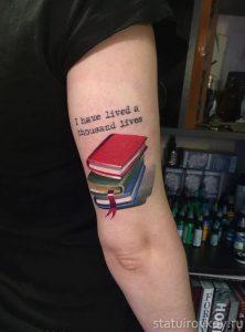 стопка книг тату
